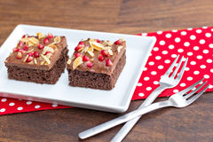Chocoladecake met granaatappel en amandel wordt verfraaid die Royalty-vrije Stock Foto