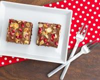 Chocoladecake met granaatappel en amandel wordt verfraaid die Royalty-vrije Stock Fotografie