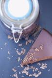 Chocoladecake met grote kruik chocolade Royalty-vrije Stock Foto
