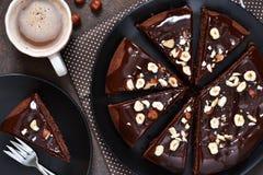 Chocoladecake met hete chocoladesaus en gebraden hazelnoten royalty-vrije stock foto