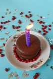 Chocoladecake met Kaars en Rood Suikergoed en Zilveren Document Royalty-vrije Stock Fotografie