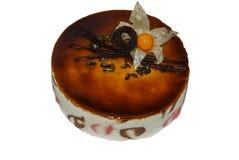 Chocoladecake met karamelsaus wordt en met physalisbloem die wordt verfraaid behandeld die