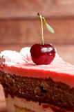 Chocoladecake met kersen op houten achtergrond Stock Afbeelding