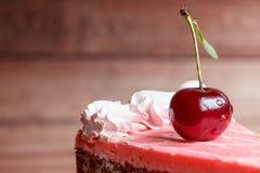 Chocoladecake met kersen op houten achtergrond Royalty-vrije Stock Afbeeldingen
