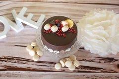 Chocoladecake met makarons Stock Foto