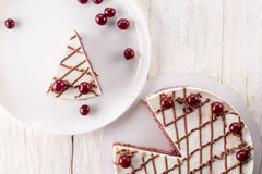 Chocoladecake met mousse, verfraaide kersen Stock Foto's
