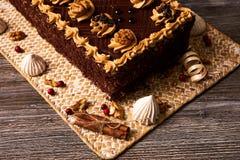 Chocoladecake met okkernoot stock foto