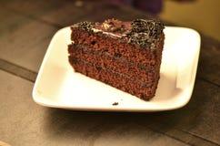 Chocoladecake met romige chocolade Stock Afbeeldingen