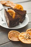 Chocoladecake met room en profiterole Stock Fotografie