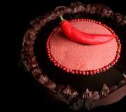 Chocoladecake met roze peper, Spaanse peper en chocolade ganache stock foto
