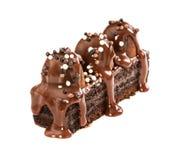 Chocoladecake met truffels met melkchocolastroop die worden gegoten stock foto's