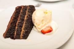 Chocoladecake met vanilleroomijs Royalty-vrije Stock Foto