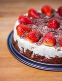Chocoladecake met verse aardbeien en mascarpone Stock Foto