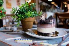 Chocoladecake met wafel en koekjes op bovenkant, met n wordt bestrooid dat Royalty-vrije Stock Afbeeldingen