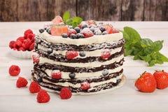 Chocoladecake met witte room en verse vruchten Stock Foto's