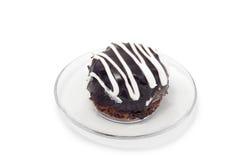 Chocoladecake met witte room op plaat wordt verfraaid die Royalty-vrije Stock Fotografie