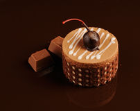 Chocoladecake op een donkere achtergrond Stock Afbeeldingen