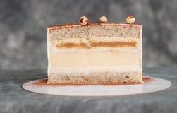 Chocoladecake op een donkere die achtergrond met noten wordt versierd Royalty-vrije Stock Afbeeldingen