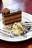 Chocoladecake op een plaat Stock Foto