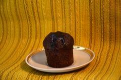 Chocoladecake op een zilveren schotel Stock Foto