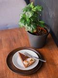 Chocoladecake op plaat in dessertkoffie, een scherpe dessertbrownie van eigengemaakte kers stock foto's