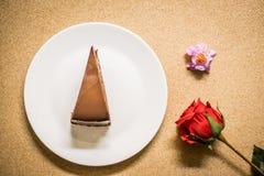 Chocoladecake op schotel met bloem Stock Fotografie