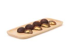 Chocoladedaifuku op houten plaat stock afbeeldingen