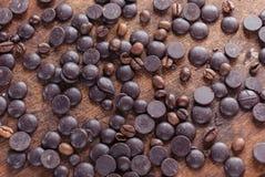 Chocoladedalingen en Koffiebonen op de Houten Achtergrond Royalty-vrije Stock Fotografie