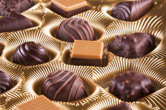 Chocoladedoos met chocolade van verschillende soorten Royalty-vrije Stock Afbeeldingen