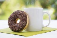Chocoladedoughnut en Hete koffie Royalty-vrije Stock Afbeeldingen