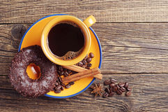 Chocoladedoughnut en koffie Stock Afbeeldingen