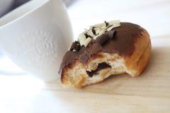 Chocoladedoughnut met Ochtendkoffie Stock Afbeelding