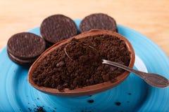 Chocoladeei met het vullen voor Pasen op houten achtergrond stock fotografie