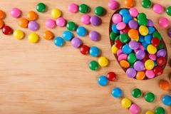 Chocoladeei met het vullen voor Pasen op houten achtergrond Royalty-vrije Stock Foto