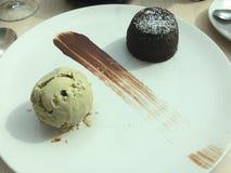Chocoladefondantje en pistacheroomijs Royalty-vrije Stock Foto's