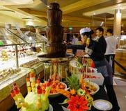 Chocoladefontein met verse vruchten stock afbeeldingen