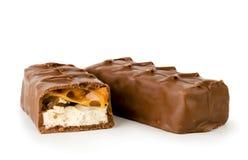 Chocoladegiechels en half close-up op een wit Geïsoleerde stock afbeelding
