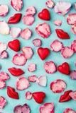 Chocoladehart en lippen gevormd suikergoed met roze geglaceerde gezoete bloemblaadjes Achtergrond voor een uitnodigingskaart of e royalty-vrije stock afbeelding