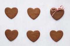 Chocoladehart gevormde koekjes op een rij Hoogste mening royalty-vrije stock foto