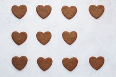 Chocoladehart gevormde koekjes op een rij Hoogste mening stock fotografie
