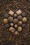 Chocoladehart op koffie Stock Afbeeldingen