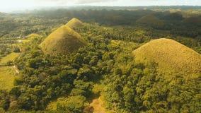 Chocoladeheuvels in Bohol, Filippijnen, Luchtmening stock videobeelden