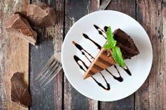 Chocoladekaastaart boven mening over rustiek hout stock foto