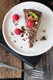 Chocoladekaastaart met amandelen, frambozen en muntblad royalty-vrije stock foto