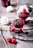 Chocoladekoekje met jam en schuimgebakje Royalty-vrije Stock Foto