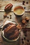 Chocoladekoekjes in de vorm van shells, Madeleine, en een kop o Stock Foto's