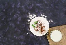 Chocoladekoekjes en een glas melk op donkere achtergrond Hoogste mening Stock Foto