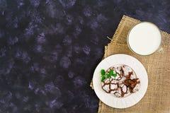 Chocoladekoekjes en een glas melk op donkere achtergrond Hoogste mening Royalty-vrije Stock Foto's