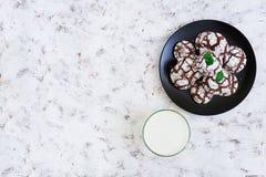 Chocoladekoekjes en een glas melk op donkere achtergrond Hoogste mening Royalty-vrije Stock Fotografie