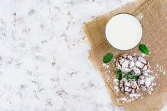 Chocoladekoekjes en een glas melk op donkere achtergrond Hoogste mening Royalty-vrije Stock Afbeeldingen